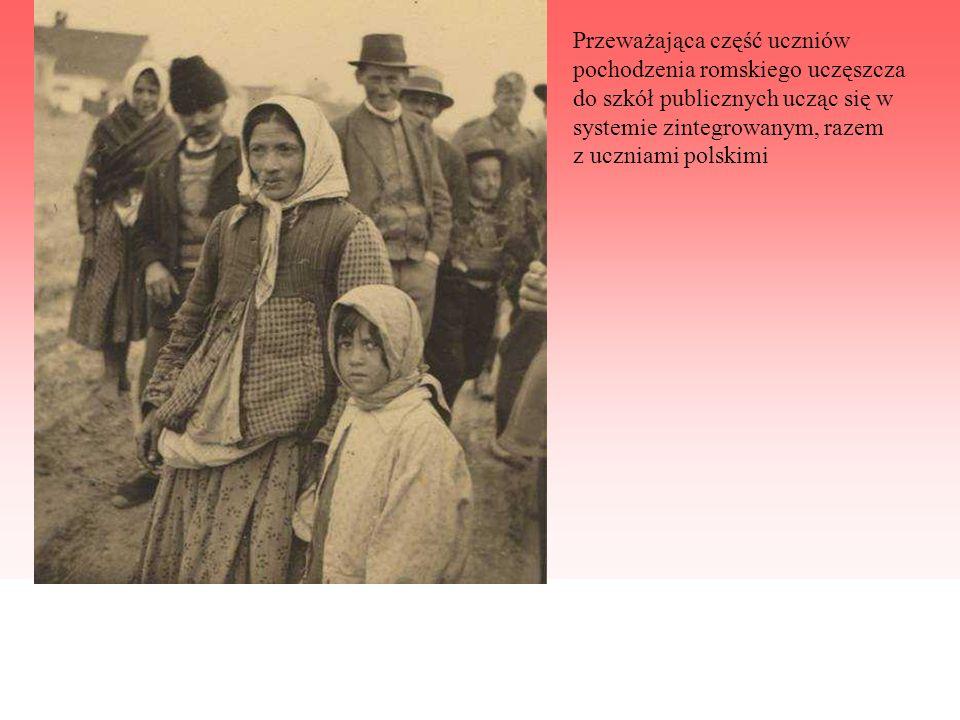 Przeważająca część uczniów pochodzenia romskiego uczęszcza do szkół publicznych ucząc się w systemie zintegrowanym, razem z uczniami polskimi