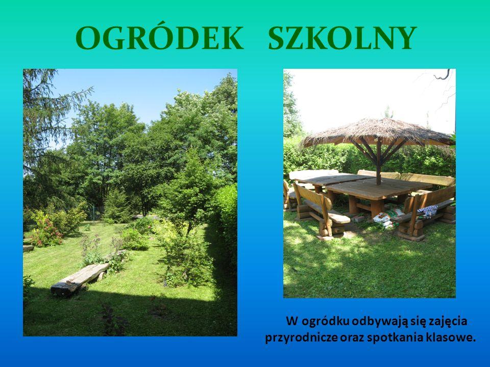 W ogródku odbywają się zajęcia przyrodnicze oraz spotkania klasowe.