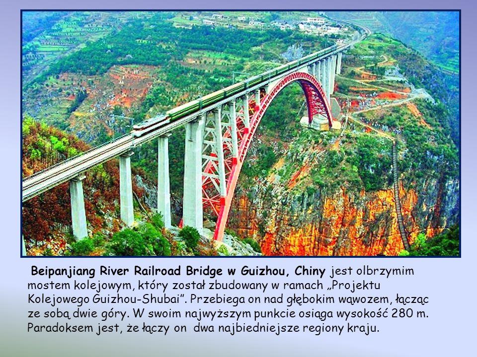 """Beipanjiang River Railroad Bridge w Guizhou, Chiny jest olbrzymim mostem kolejowym, który został zbudowany w ramach """"Projektu Kolejowego Guizhou-Shubai ."""