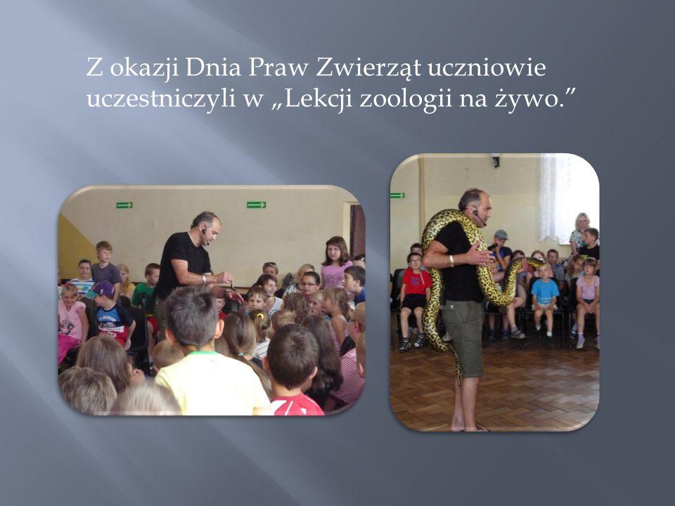 """Z okazji Dnia Praw Zwierząt uczniowie uczestniczyli w """"Lekcji zoologii na żywo."""