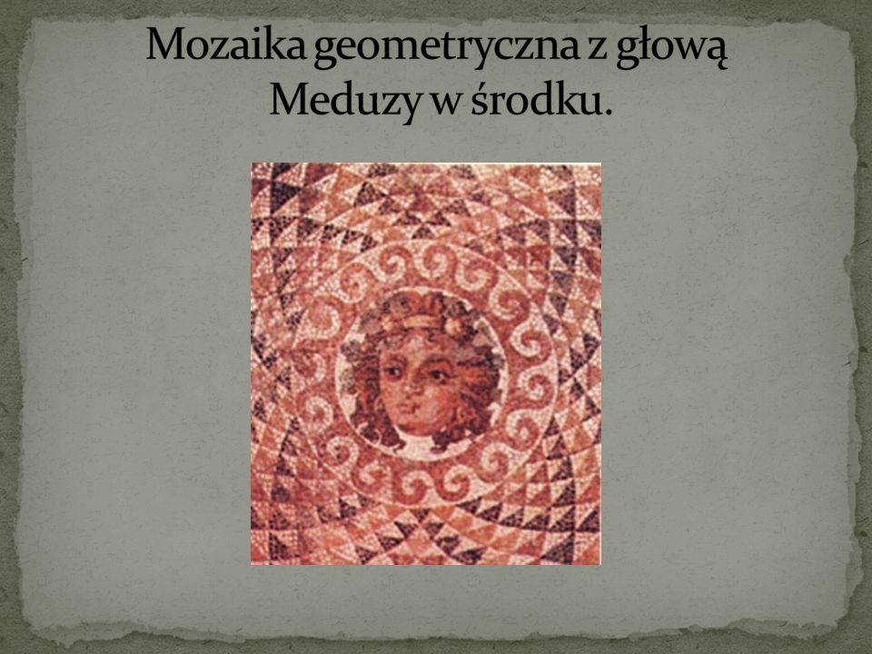 Mozaika geometryczna z głową Meduzy w środku.