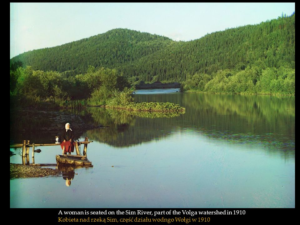 A woman is seated on the Sim River, part of the Volga watershed in 1910 Kobieta nad rzeką Sim, część działu wodngo Wołgi w 1910