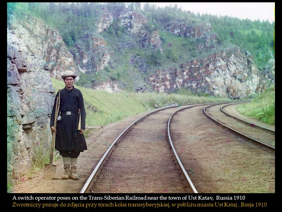 A switch operator poses on the Trans-Siberian Railroad near the town of Ust Katav, Russia 1910 Zwrotniczy pozuje do zdjęcia przy torach kolei transsyberyjskiej, w pobliżu miasta Ust Kataj , Rosja 1910