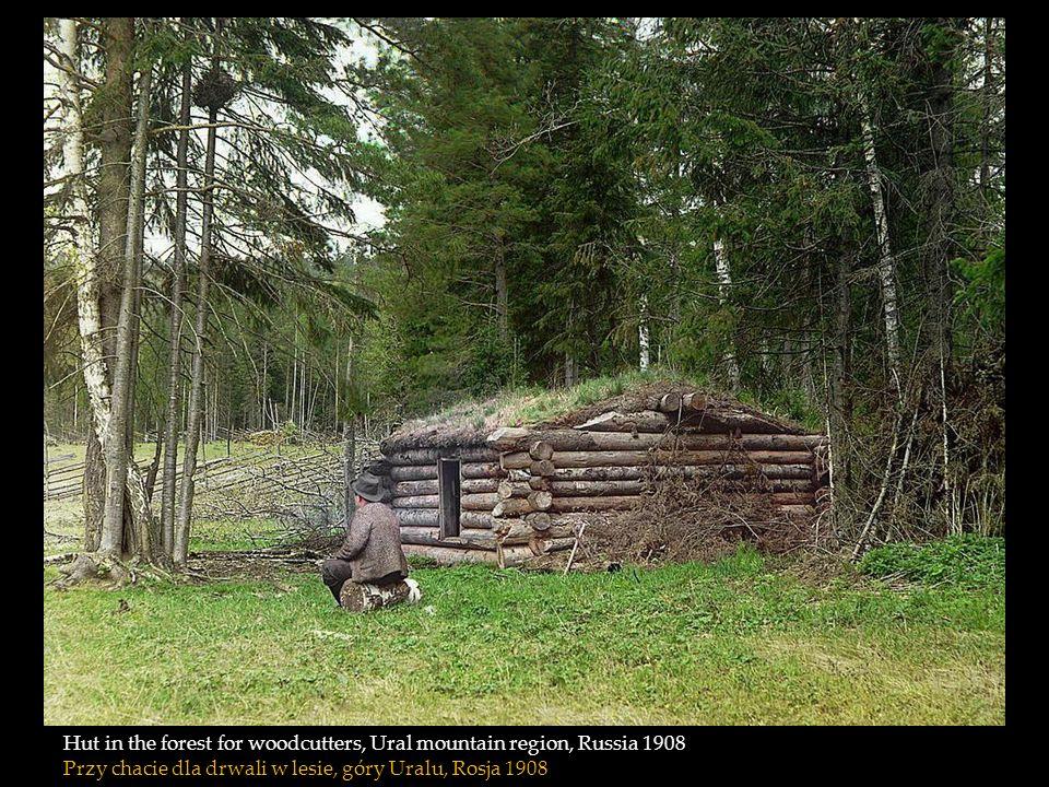 Hut in the forest for woodcutters, Ural mountain region, Russia 1908 Przy chacie dla drwali w lesie, góry Uralu, Rosja 1908