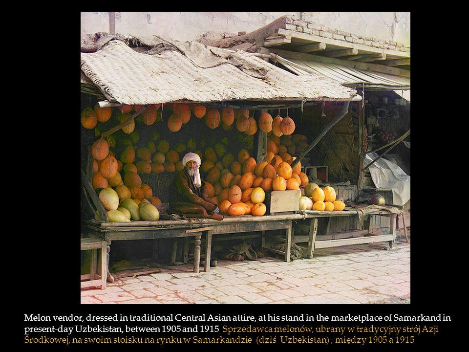 Melon vendor, dressed in traditional Central Asian attire, at his stand in the marketplace of Samarkand in present-day Uzbekistan, between 1905 and 1915 Sprzedawca melonów, ubrany w tradycyjny strój Azji Środkowej, na swoim stoisku na rynku w Samarkandzie (dziś Uzbekistan) , między 1905 a 1915