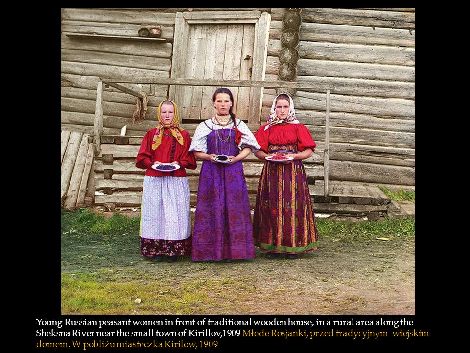 Young Russian peasant women in front of traditional wooden house, in a rural area along the Sheksna River near the small town of Kirillov,1909 Młode Rosjanki, przed tradycyjnym wiejskim domem.