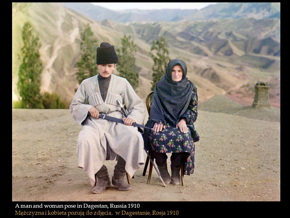 A man and woman pose in Dagestan, Russia 1910 Mężczyzna i kobieta pozują do zdjęcia, w Dagestanie, Rosja 1910