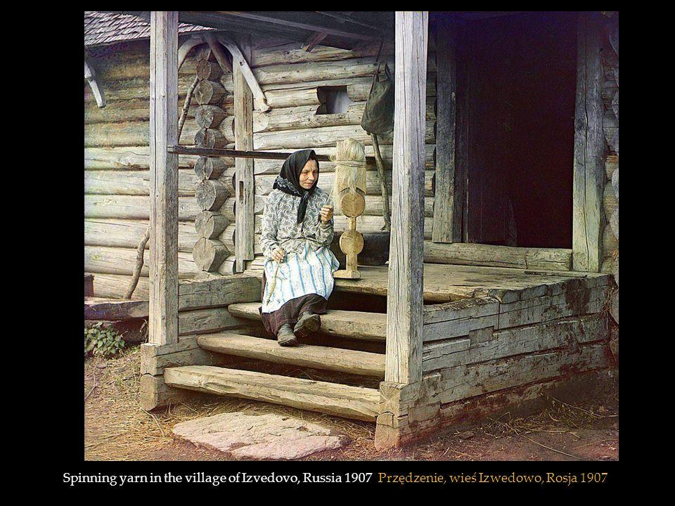 Spinning yarn in the village of Izvedovo, Russia 1907 Przędzenie, wieś Izwedowo, Rosja 1907