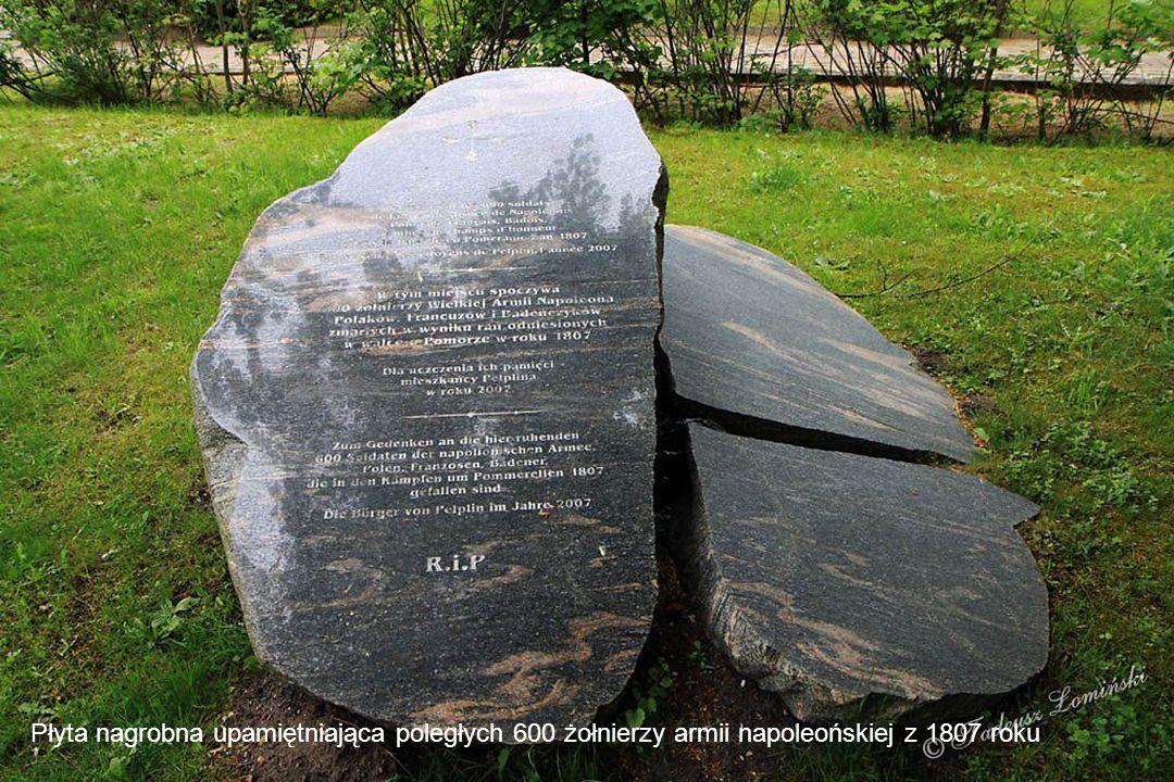 Płyta nagrobna upamiętniająca poległych 600 żołnierzy armii napoleońskiej z 1807 roku
