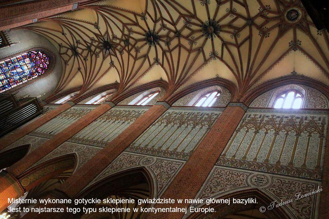 Misternie wykonane gotyckie sklepienie gwiaździste w nawie głównej bazyliki.