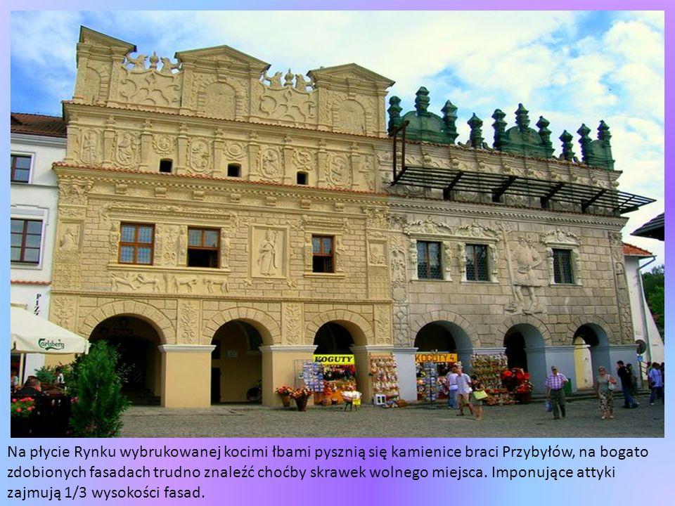 Na płycie Rynku wybrukowanej kocimi łbami pysznią się kamienice braci Przybyłów, na bogato zdobionych fasadach trudno znaleźć choćby skrawek wolnego miejsca.