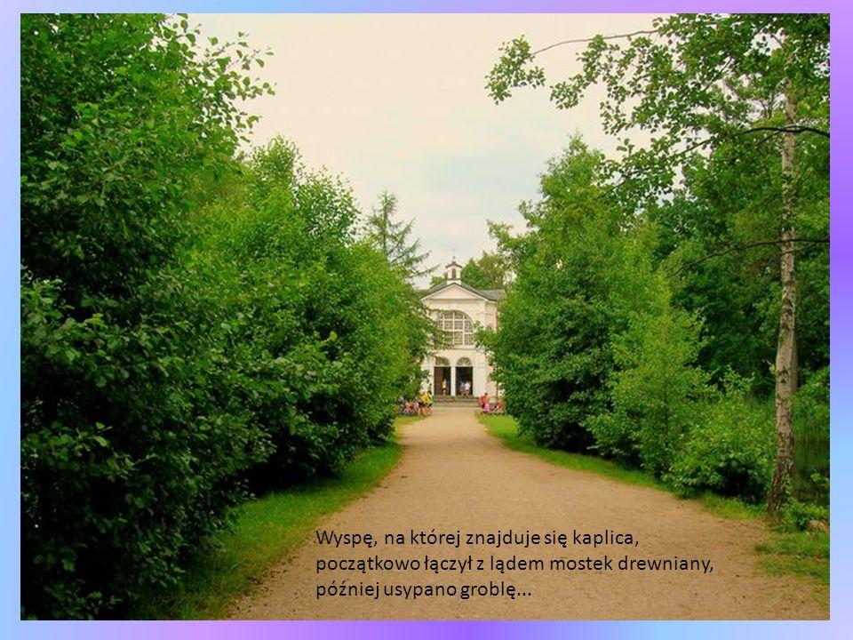 Wyspę, na której znajduje się kaplica, początkowo łączył z lądem mostek drewniany, później usypano groblę...