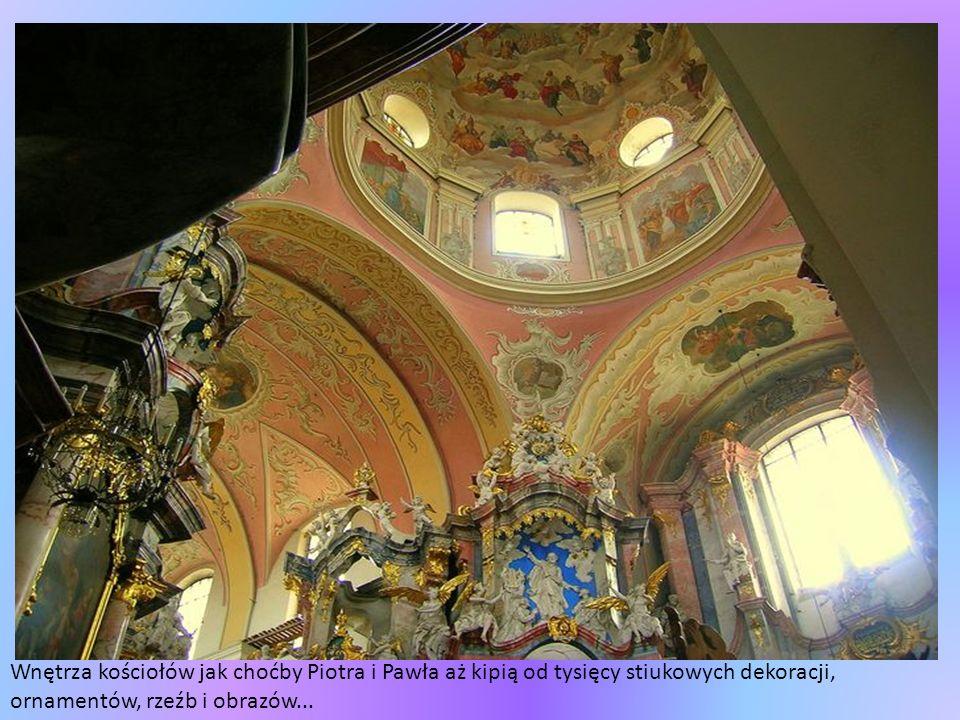 Wnętrza kościołów jak choćby Piotra i Pawła aż kipią od tysięcy stiukowych dekoracji, ornamentów, rzeźb i obrazów...