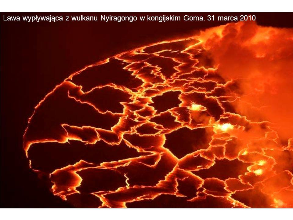 Lawa wypływająca z wulkanu Nyiragongo w kongijskim Goma. 31 marca 2010