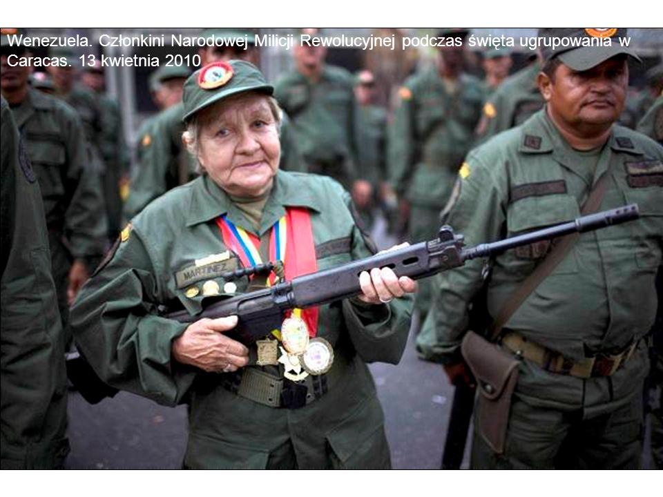 Wenezuela. Członkini Narodowej Milicji Rewolucyjnej podczas święta ugrupowania w Caracas.