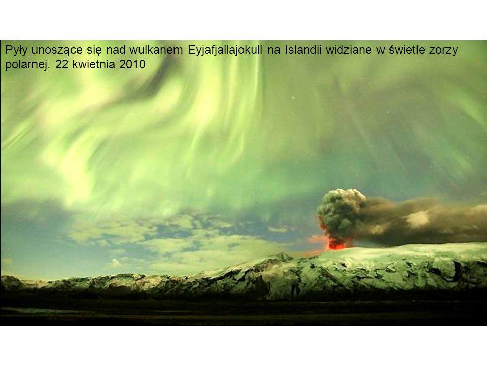 Pyły unoszące się nad wulkanem Eyjafjallajokull na Islandii widziane w świetle zorzy polarnej.