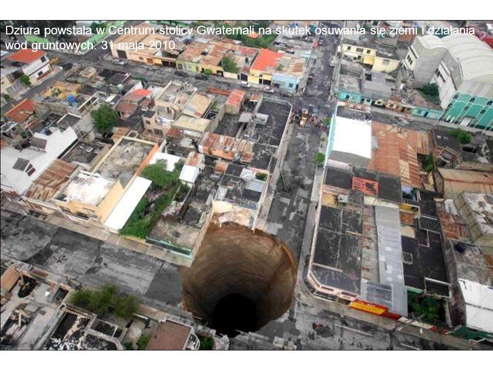 Dziura powstała w Centrum stolicy Gwatemali na skutek osuwania się ziemi i działania wód gruntowych.