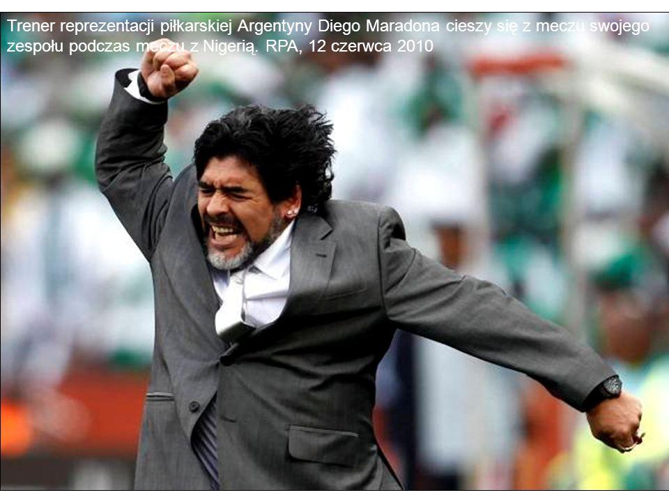 Trener reprezentacji piłkarskiej Argentyny Diego Maradona cieszy się z meczu swojego zespołu podczas meczu z Nigerią.