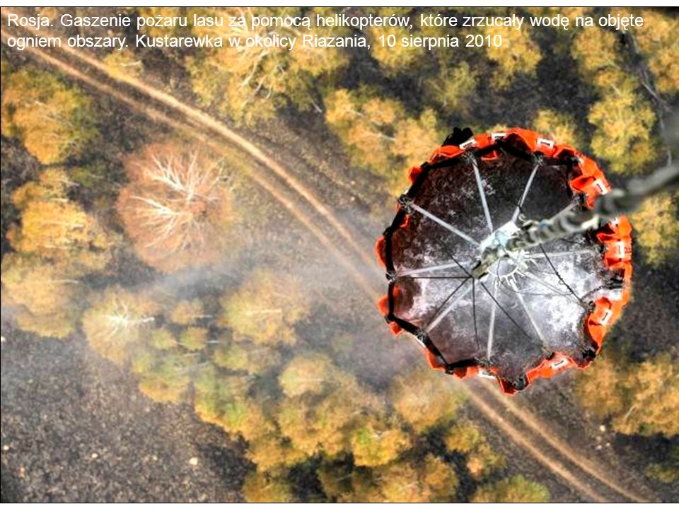 Rosja. Gaszenie pożaru lasu za pomocą helikopterów, które zrzucały wodę na objęte ogniem obszary.