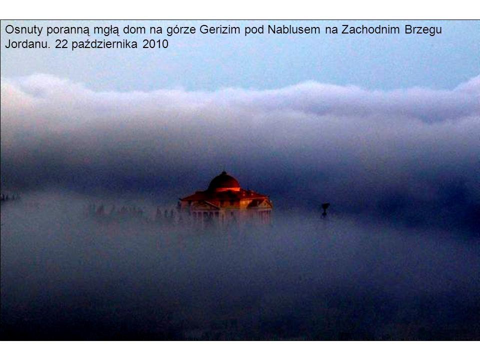 Osnuty poranną mgłą dom na górze Gerizim pod Nablusem na Zachodnim Brzegu Jordanu.