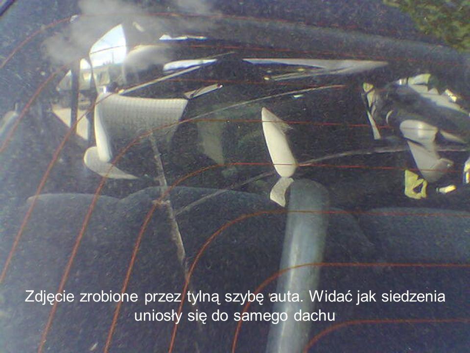 Zdjęcie zrobione przez tylną szybę auta