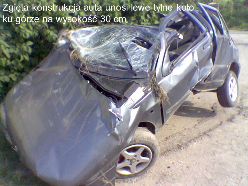 Zgięta konstrukcja auta unosi lewe tylne koło ku górze na wysokość 30 cm