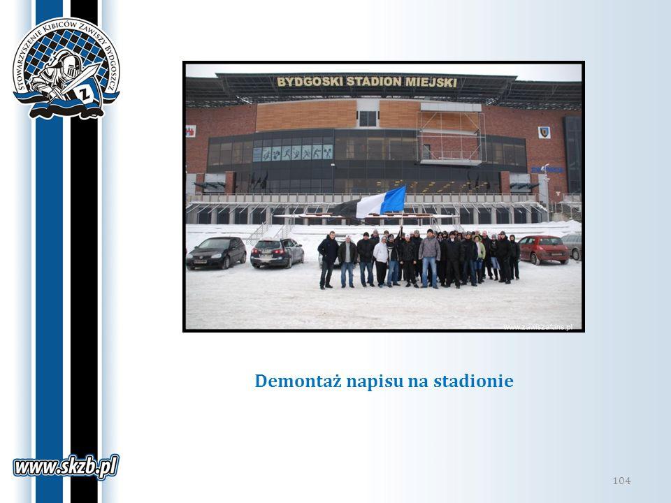 Demontaż napisu na stadionie