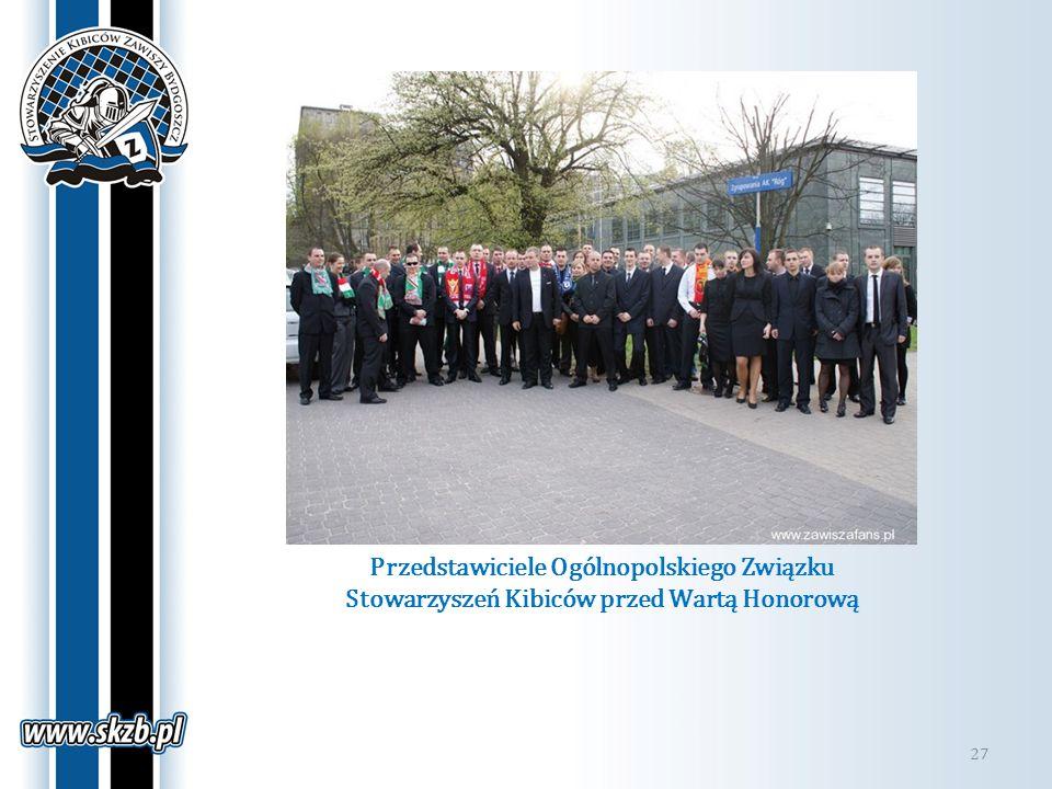Przedstawiciele Ogólnopolskiego Związku Stowarzyszeń Kibiców przed Wartą Honorową