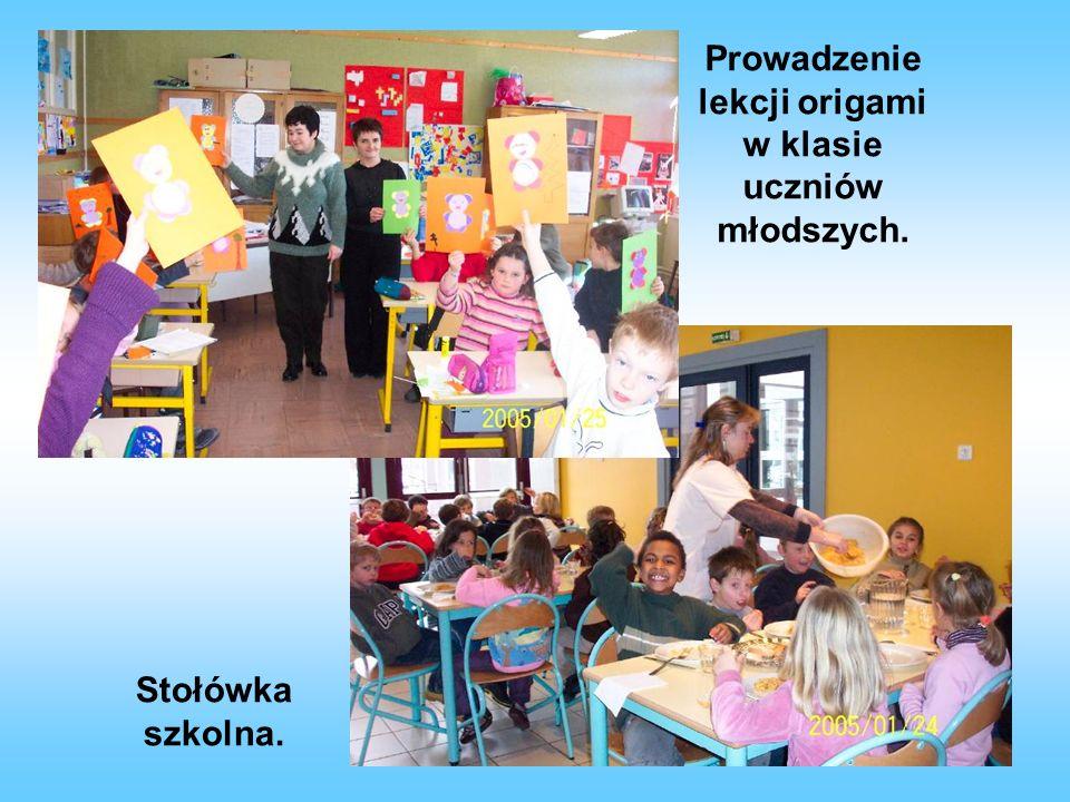 Prowadzenie lekcji origami w klasie uczniów młodszych.