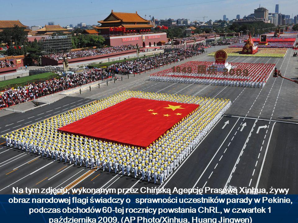 Na tym zdjęciu, wykonanym przez Chińską Agencję Prasową Xinhua, żywy obraz narodowej flagi świadczy o sprawności uczestników parady w Pekinie, podczas obchodów 60-tej rocznicy powstania ChRL, w czwartek 1 października 2009.