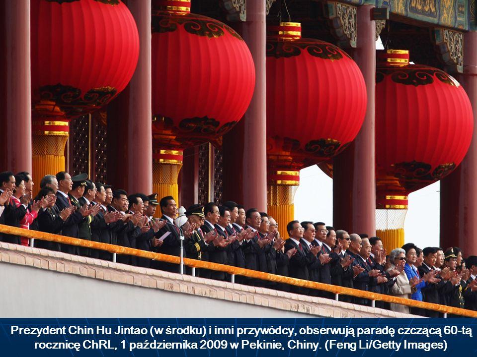 Prezydent Chin Hu Jintao (w środku) i inni przywódcy, obserwują paradę czczącą 60-tą rocznicę ChRL, 1 października 2009 w Pekinie, Chiny.