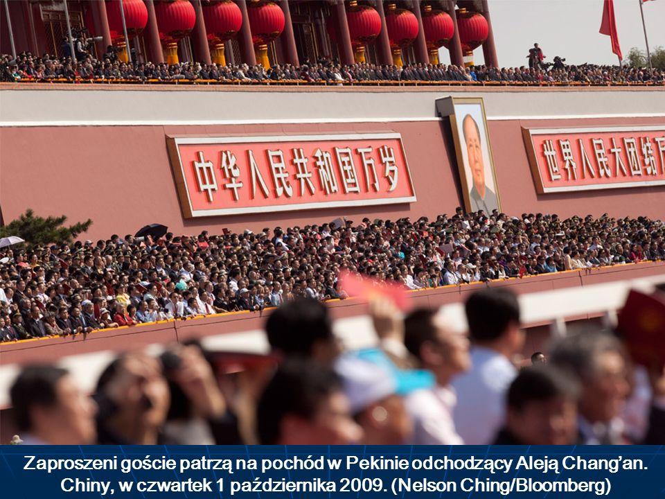 Zaproszeni goście patrzą na pochód w Pekinie odchodzący Aleją Chang'an