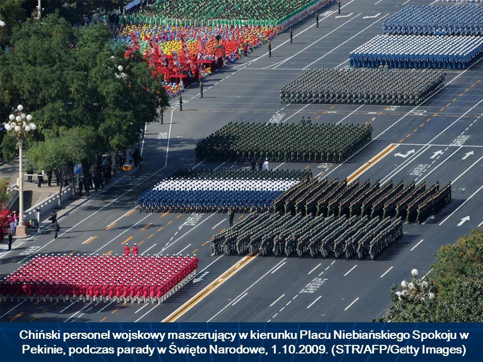 Chiński personel wojskowy maszerujący w kierunku Placu Niebiańskiego Spokoju w Pekinie, podczas parady w Święto Narodowe, 1.10.2009.