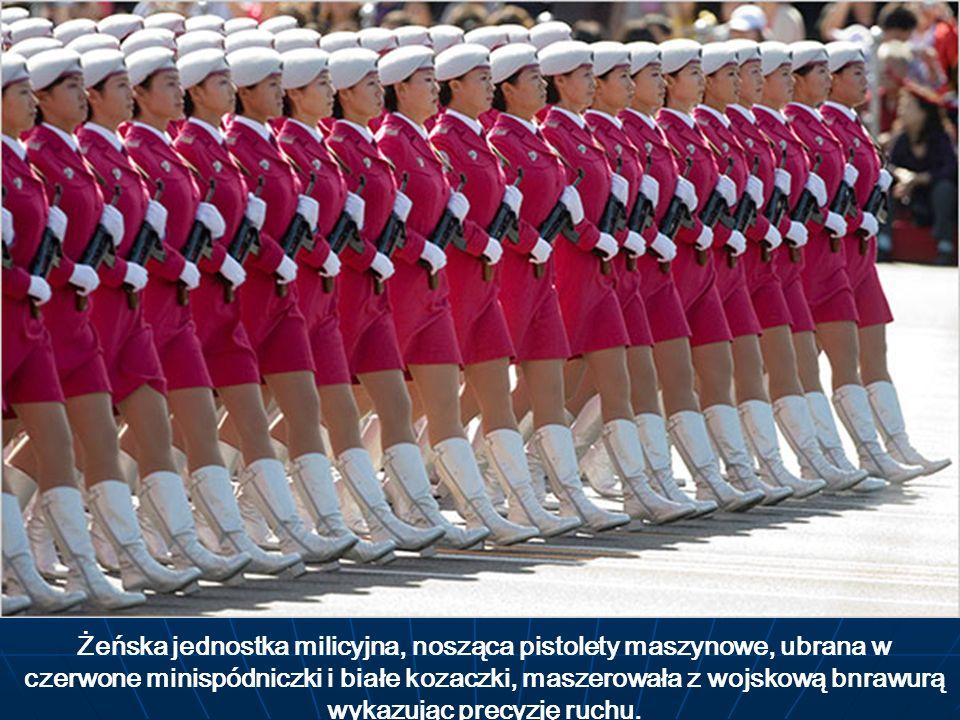 Żeńska jednostka milicyjna, nosząca pistolety maszynowe, ubrana w czerwone minispódniczki i białe kozaczki, maszerowała z wojskową bnrawurą wykazując precyzję ruchu.