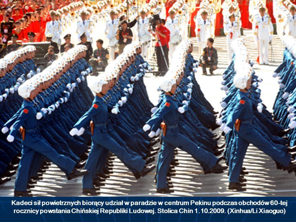 Kadeci sił powietrznych biorący udział w paradzie w centrum Pekinu podczas obchodów 60-tej rocznicy powstania Chińskiej Republiki Ludowej.