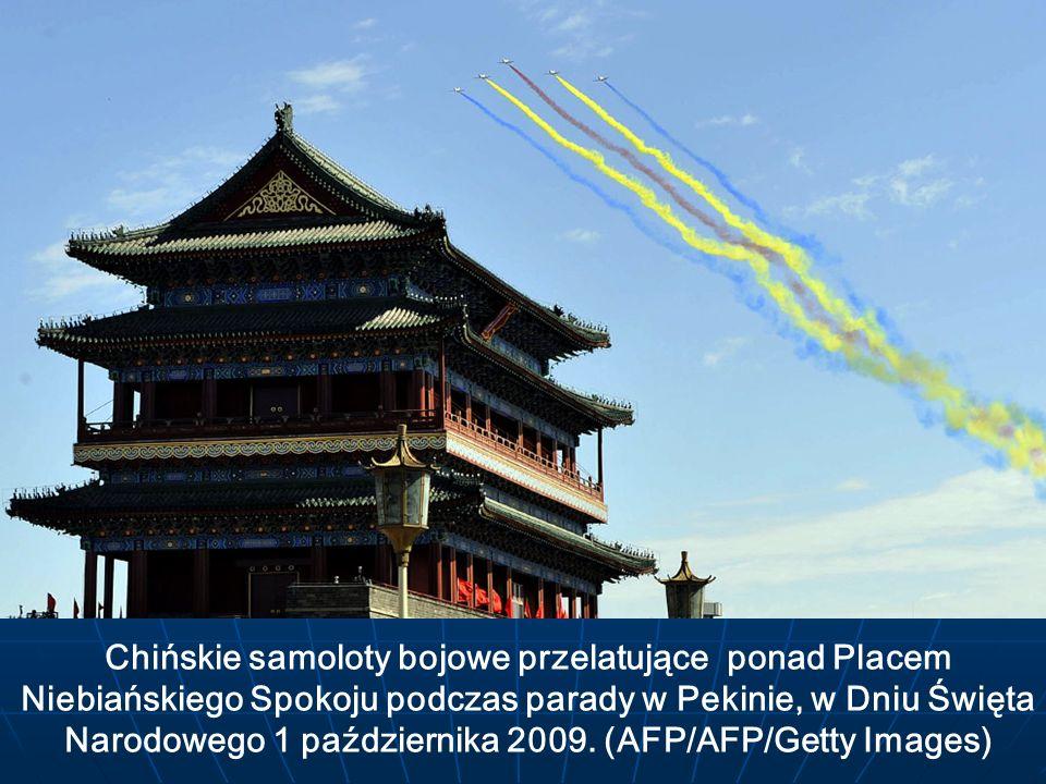 Chińskie samoloty bojowe przelatujące ponad Placem Niebiańskiego Spokoju podczas parady w Pekinie, w Dniu Święta Narodowego 1 października 2009.