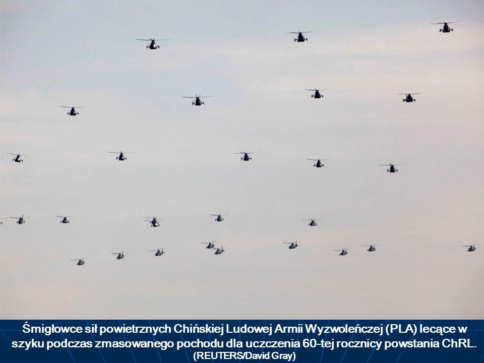 Śmigłowce sił powietrznych Chińskiej Ludowej Armii Wyzwoleńczej (PLA) lecące w szyku podczas zmasowanego pochodu dla uczczenia 60-tej rocznicy powstania ChRL.