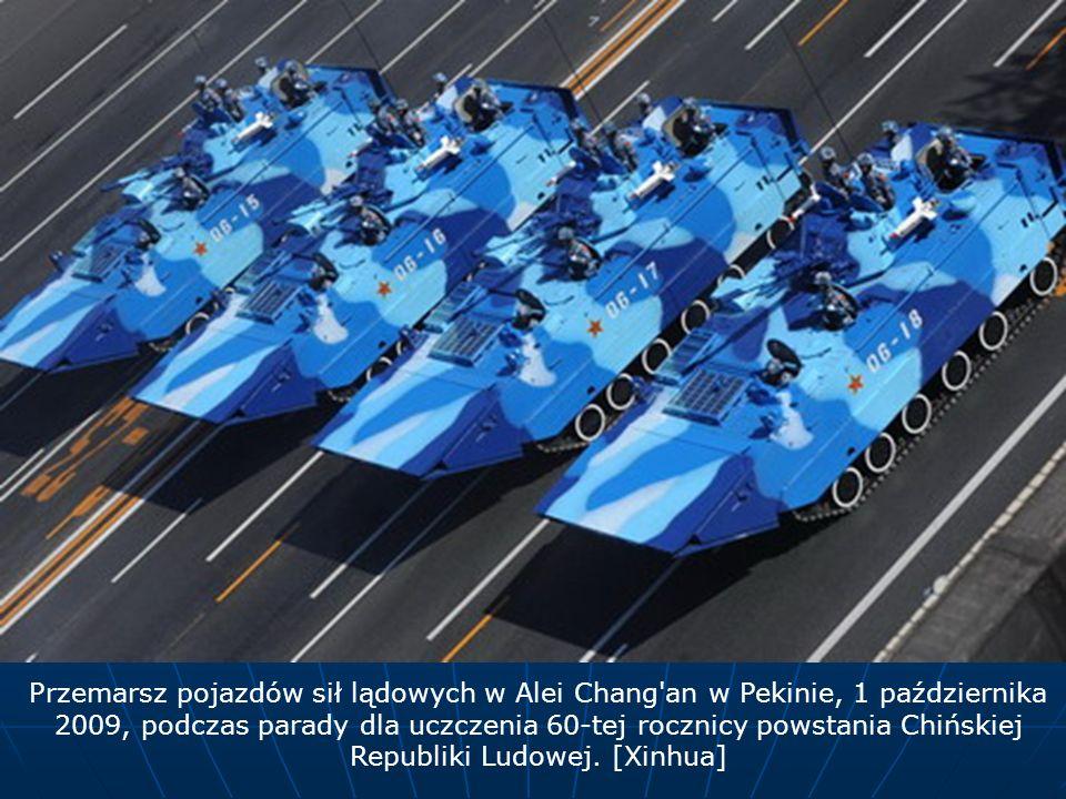 Przemarsz pojazdów sił lądowych w Alei Chang an w Pekinie, 1 października 2009, podczas parady dla uczczenia 60-tej rocznicy powstania Chińskiej Republiki Ludowej.