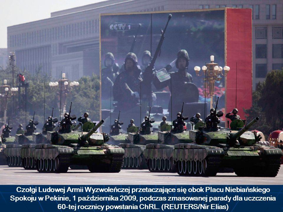 Czołgi Ludowej Armii Wyzwoleńczej przetaczające się obok Placu Niebiańskiego Spokoju w Pekinie, 1 października 2009, podczas zmasowanej parady dla uczczenia 60-tej rocznicy powstania ChRL.