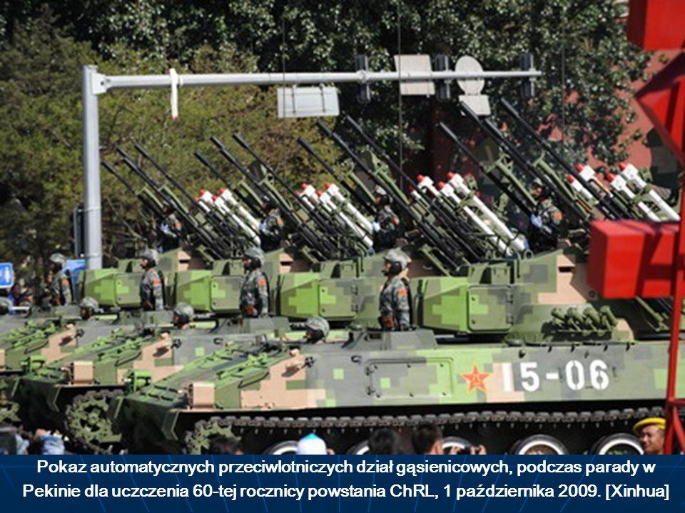 Pokaz automatycznych przeciwlotniczych dział gąsienicowych, podczas parady w Pekinie dla uczczenia 60-tej rocznicy powstania ChRL, 1 października 2009.