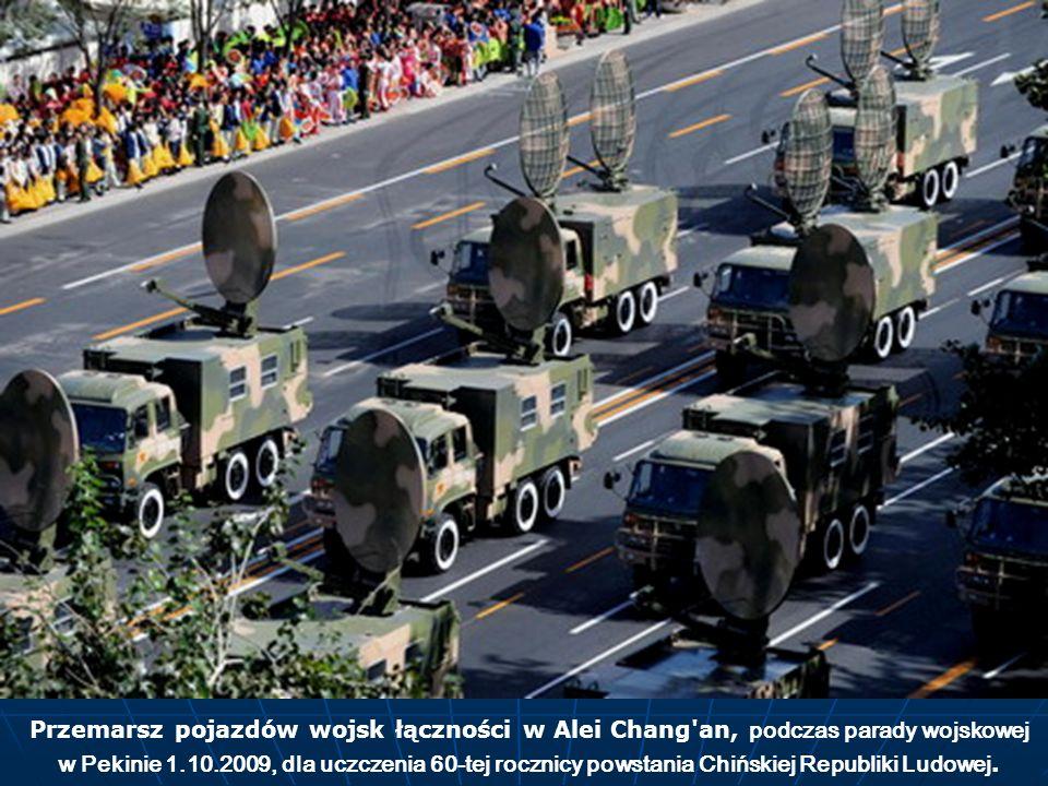 Przemarsz pojazdów wojsk łączności w Alei Chang an, podczas parady wojskowej w Pekinie 1.10.2009, dla uczczenia 60-tej rocznicy powstania Chińskiej Republiki Ludowej.