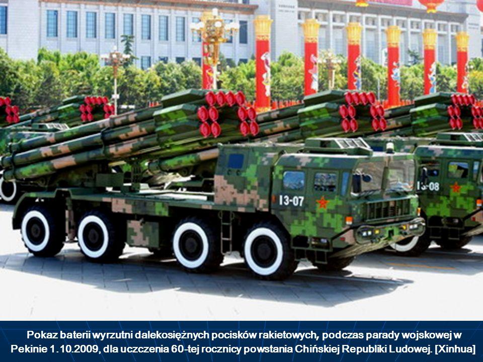Pokaz baterii wyrzutni dalekosiężnych pocisków rakietowych, podczas parady wojskowej w Pekinie 1.10.2009, dla uczczenia 60-tej rocznicy powstania Chińskiej Republiki Ludowej.