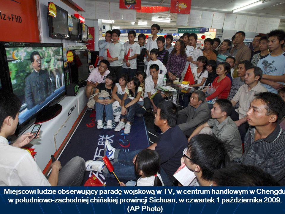Miejscowi ludzie obserwujący paradę wojskową w TV, w centrum handlowym w Chengdu w południowo-zachodniej chińskiej prowincji Sichuan, w czwartek 1 października 2009.