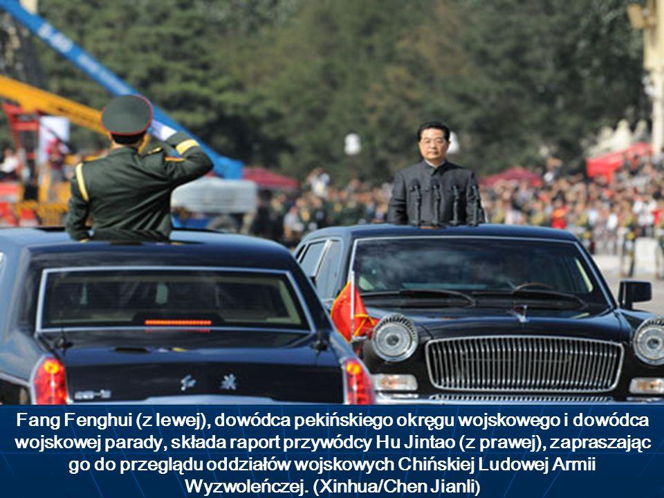 Fang Fenghui (z lewej), dowódca pekińskiego okręgu wojskowego i dowódca wojskowej parady, składa raport przywódcy Hu Jintao (z prawej), zapraszając go do przeglądu oddziałów wojskowych Chińskiej Ludowej Armii Wyzwoleńczej.