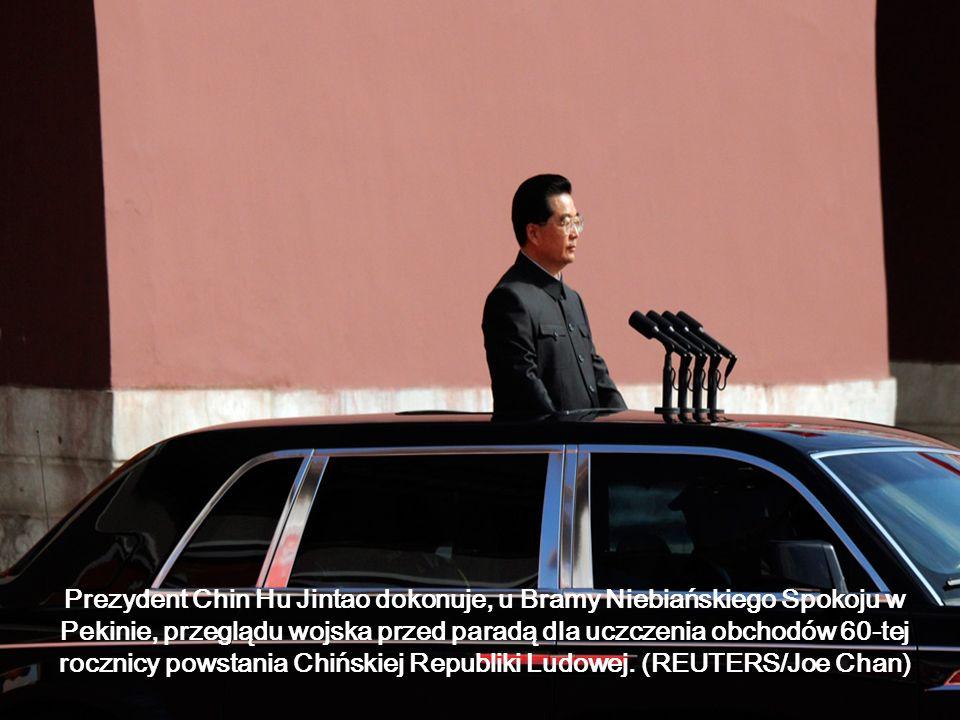 Prezydent Chin Hu Jintao dokonuje, u Bramy Niebiańskiego Spokoju w Pekinie, przeglądu wojska przed paradą dla uczczenia obchodów 60-tej rocznicy powstania Chińskiej Republiki Ludowej.