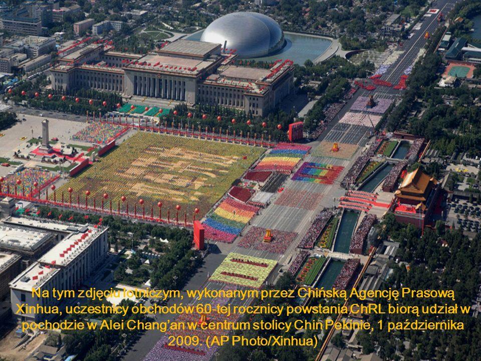 Na tym zdjęciu lotniczym, wykonanym przez Chińską Agencję Prasową Xinhua, uczestnicy obchodów 60-tej rocznicy powstania ChRL biorą udział w pochodzie w Alei Chang'an w centrum stolicy Chin Pekinie, 1 października 2009.