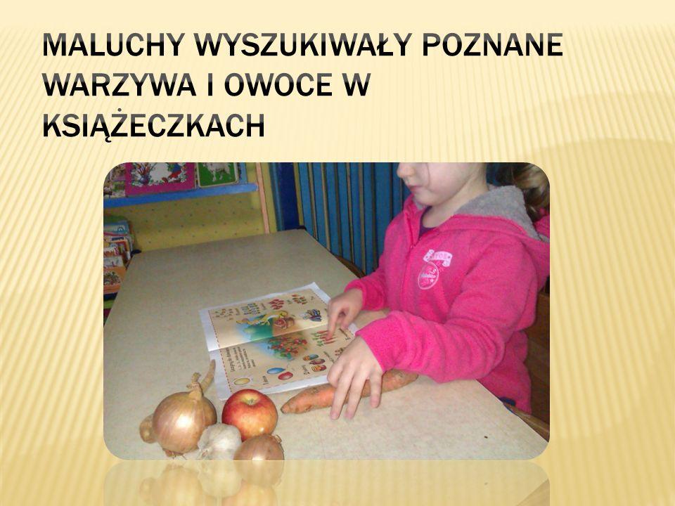 Maluchy wyszukiwały poznane warzywa i owoce w książeczkach