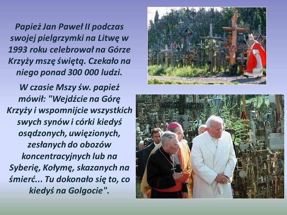 Papież Jan Paweł II podczas swojej pielgrzymki na Litwę w 1993 roku celebrował na Górze Krzyży mszę świętą. Czekało na niego ponad 300 000 ludzi.