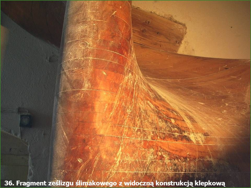 36. Fragment ześlizgu ślimakowego z widoczną konstrukcją klepkową