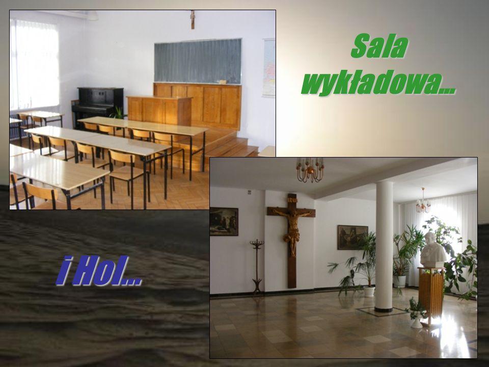 Sala wykładowa… i Hol…